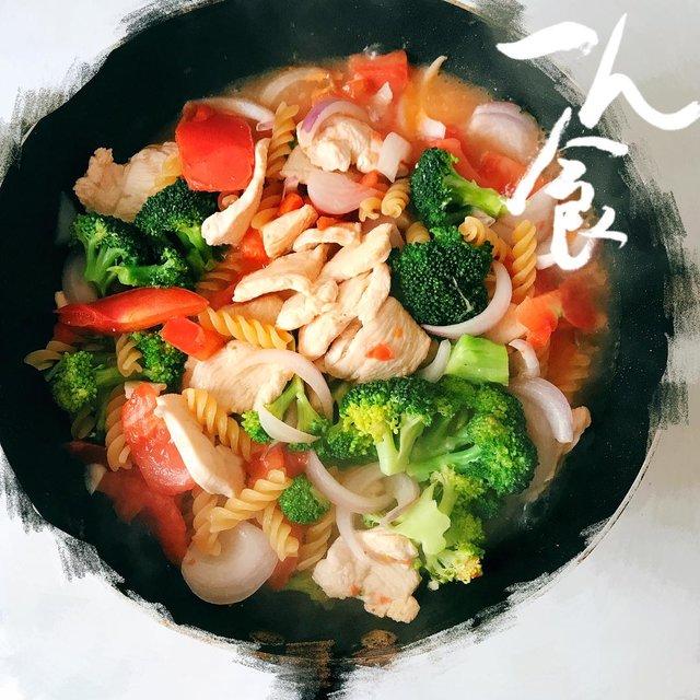 杂蔬鸡胸意面,爱烹饪,意面❓,色彩控,LIVE生活