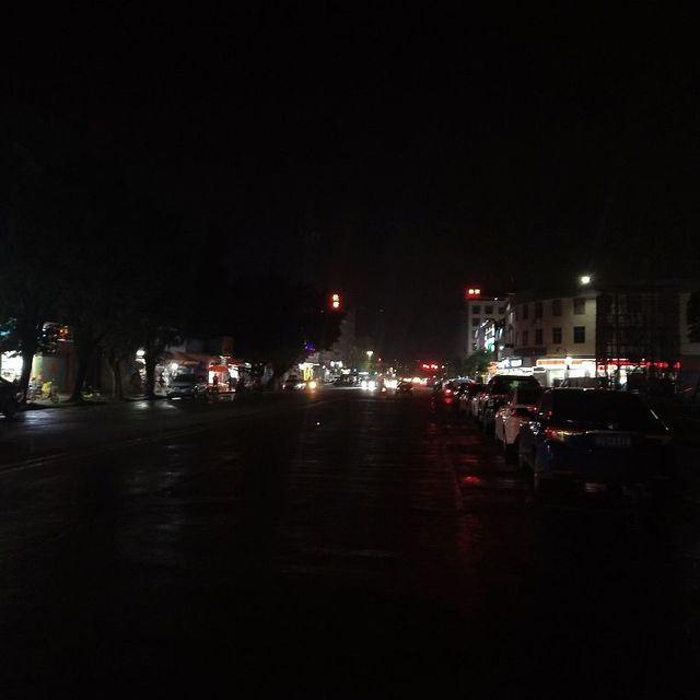 夜晚的街道,街道办,夜深人静,街边太多人与车